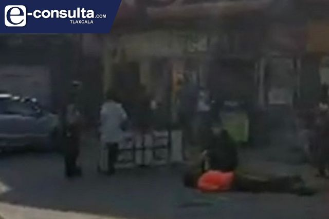 Hombre queda inconsciente afuera de un Oxxo en Ixtulco