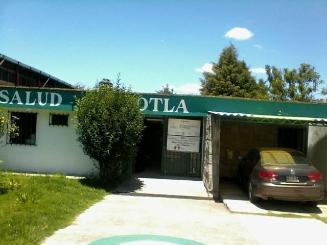 Sin baños el Centro de Salud de Panotla; secretario de Salud en hotel de lujo