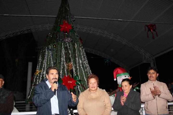 Alcalde fomenta los valores de la navidad con el encendido del Árbol