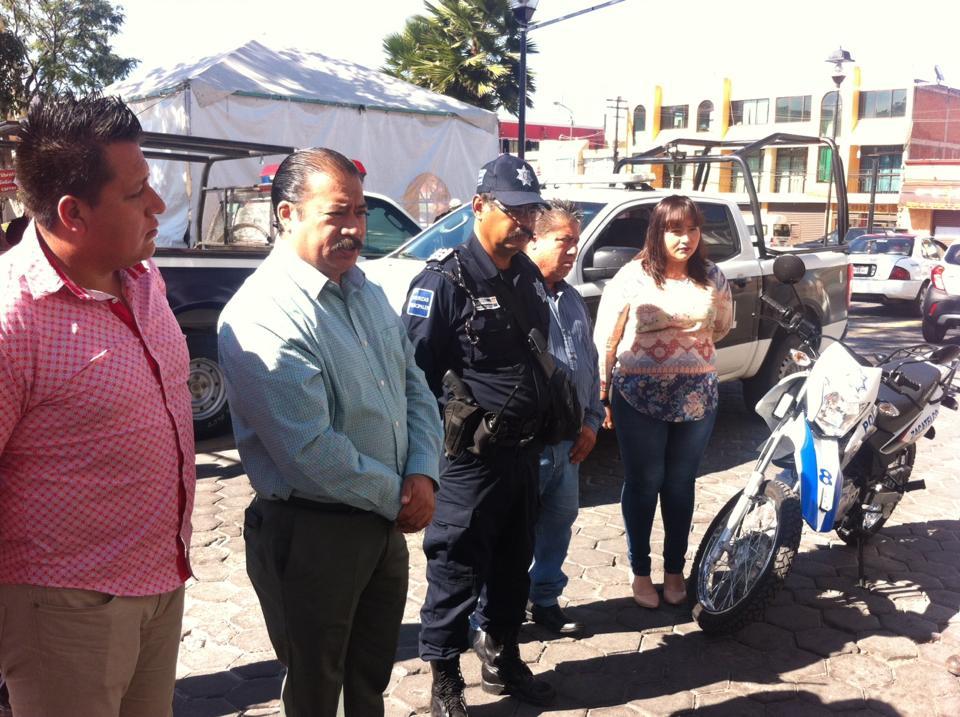 Fortalecen seguridad en Zacatelco con entrega de moto y patrulla