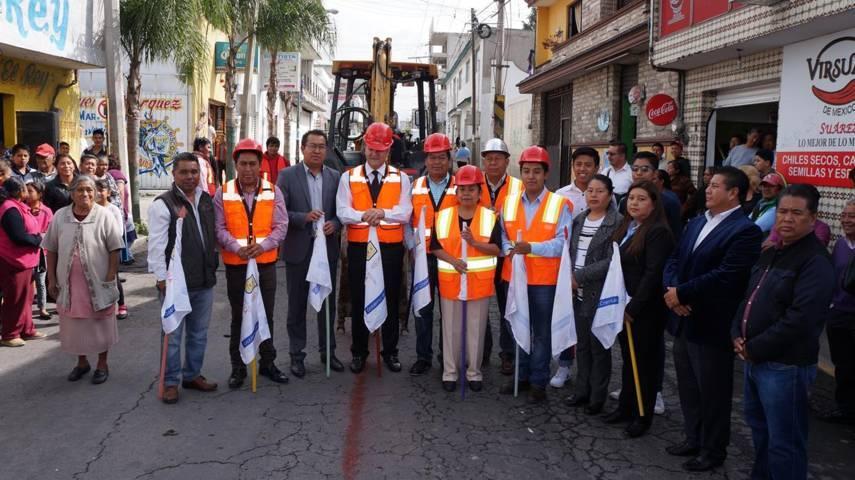 Presidente Municipal da banderazo de inicio de obra en calle Puebla, San Pablo del Monte