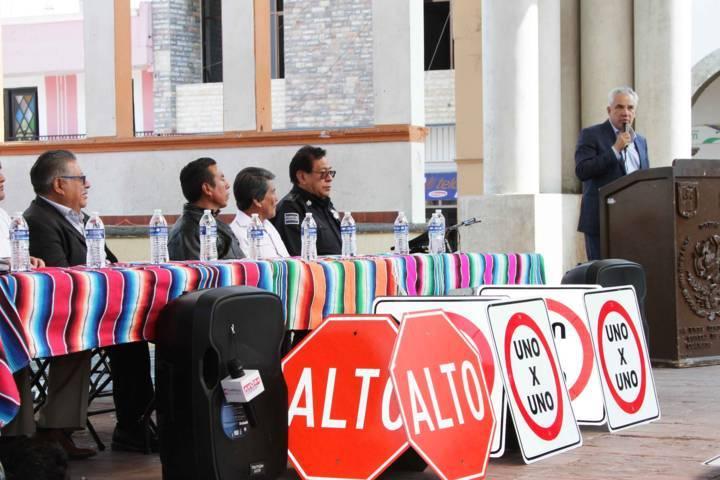 Fortalece Secte movilidad del municipio de Contla con entrega de señalamientos viales