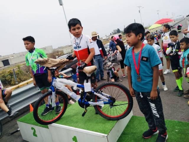 Alcalde de Zacatelco fomenta el deporte reconociendo a Cometas Kids