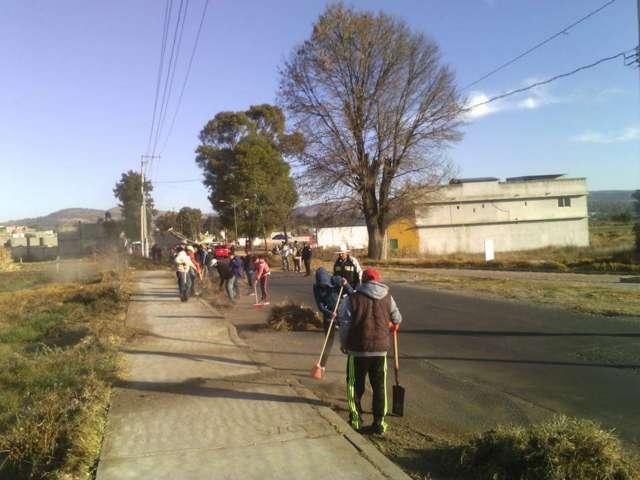 Ayuntamiento, padres de familia y alumnos realizan faena en Ixtacuixtla