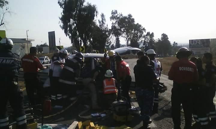 Queda atrapado tras chocar su auto vs barra de contencion