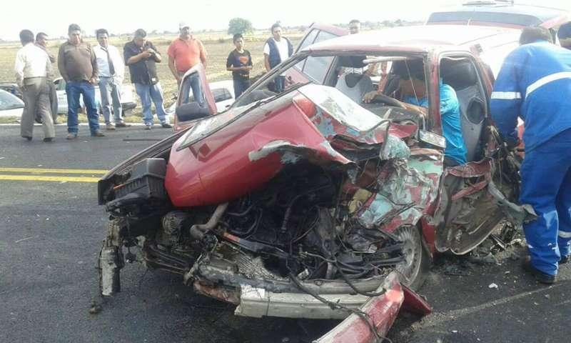Camión impacta automóvil en Calpulalpan, hay un herido