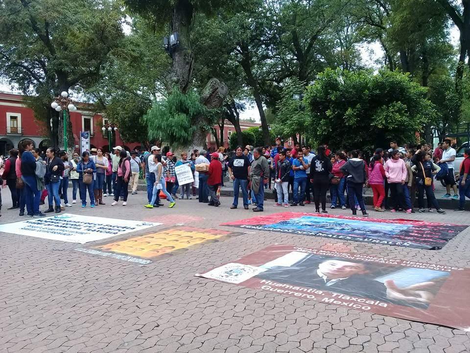 Normalistas se plantan frente a Palacio de Gobierno