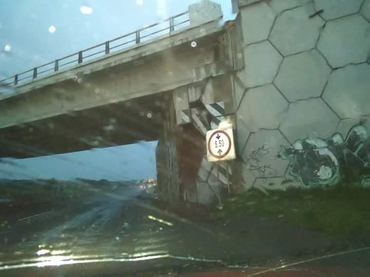 Latente la caída de un puente en Españita