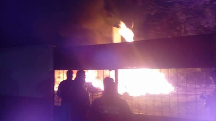 Se incendia patio de primaria en Chiautempan; llamas de 10 metros