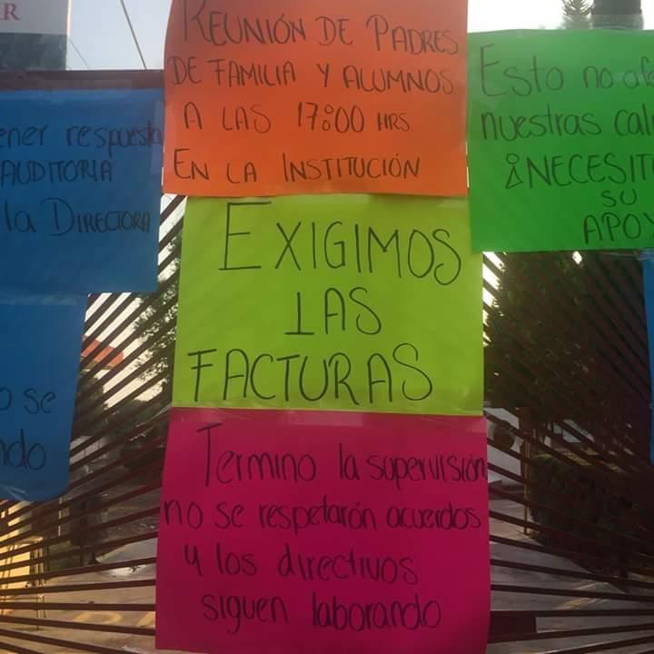 Padres de familia cierran preparatoria CETis 132 en Chiautempan