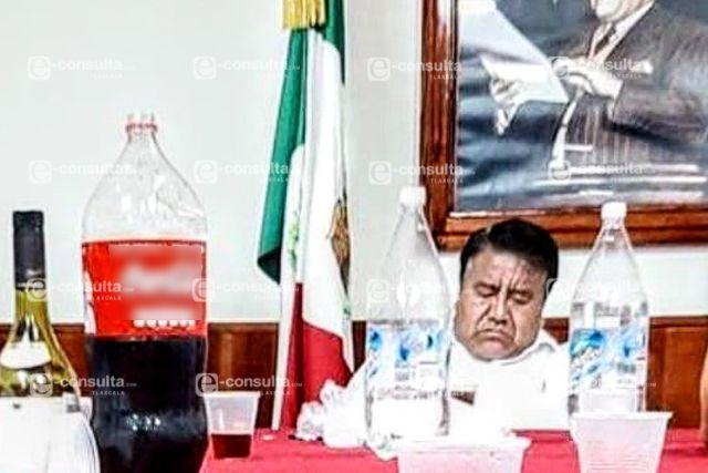 Alcalde Picapiedra es sorprendido borracho en su despacho