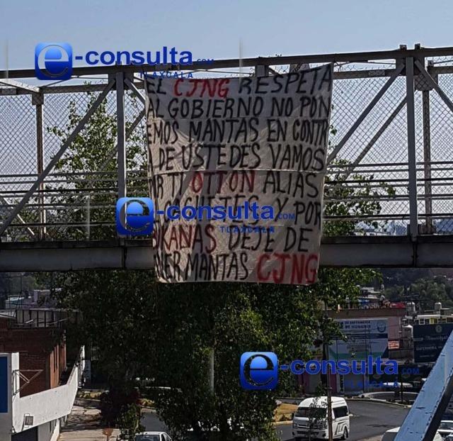 Autoridades niegan carteles; mantas colgadas dicen lo contrario