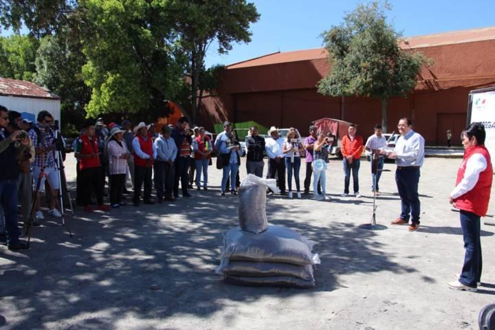 Alcalde apoya a productores entregando 25 toneladas de fertilizante