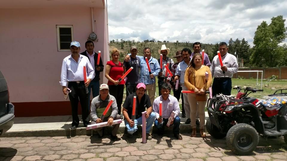 Exdirector de Protección Civil de Tlaxco entrega lámparas a presidentes de comunidades