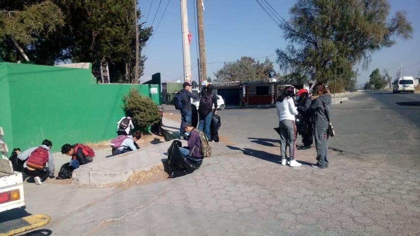 Limpian Alumnos del Cecyte calles de Ahuashuatepec, en Tzompantepec