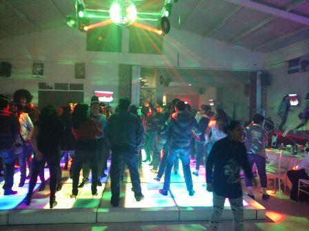 Exitosa Noche Retro en Salón Social Los Cedros, más de 300 asistentes