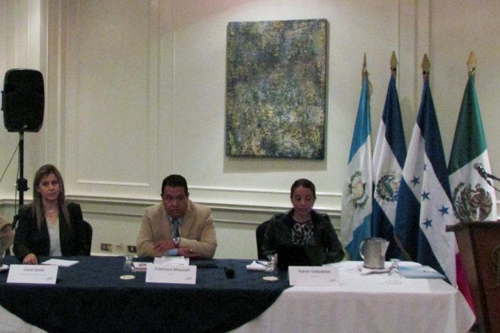 Dicta ombudsman conferencia en Guatemala sobre niñez migrante