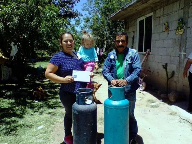 Recargan tanques de gas en Tetla por Día de las Madres