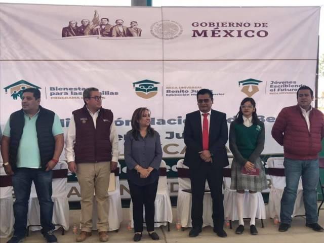 Asiste el alcalde Rivera Mora a entrega de Becas Benito Juárez en Ahuashuatepec