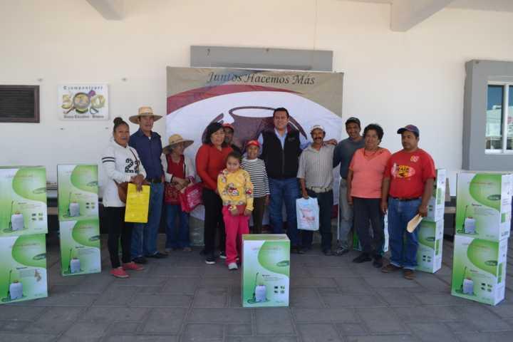 Entregan 13 aspersores a productores de campo en Tzompantepec