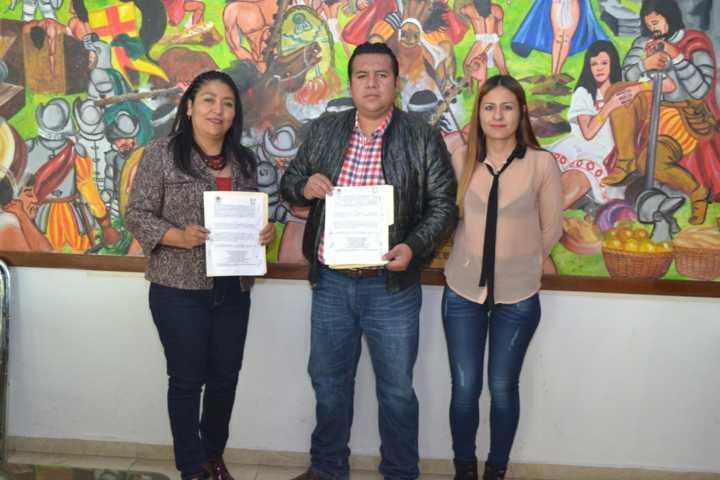 Gobierno de Tzompantepec entrega becas de estímulo a la Educación