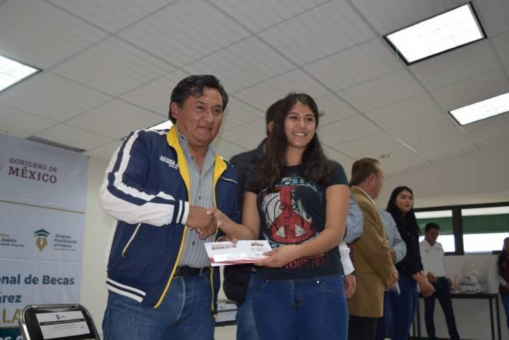 Secretario de Ayuntamiento de Tzompantepec asiste al ITA a entrega de becas Benito Juárez