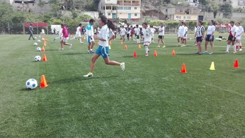 Crean escuela y selección femenil de futbol en San Pablo del Monte