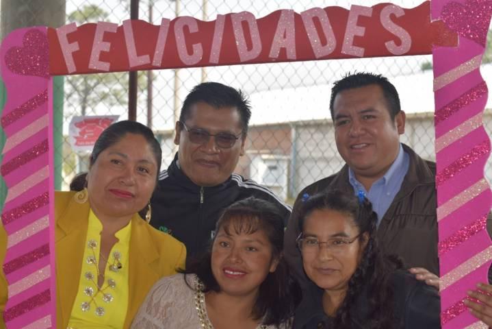Asiste Alcalde de Tzompantepec al festejo del día de la madre en Cecyte 07