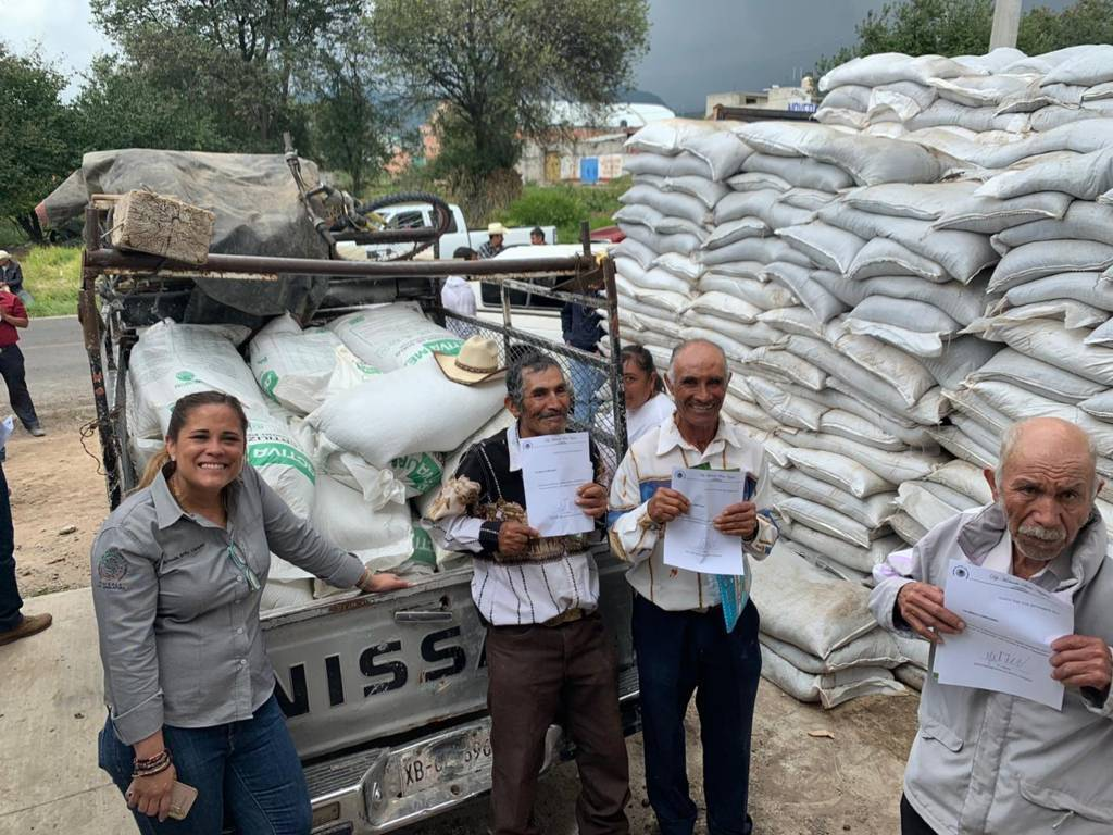 Entrega Michaelle Brito 4 millones de pesos en fertilizante a campesinos de Tlaxco