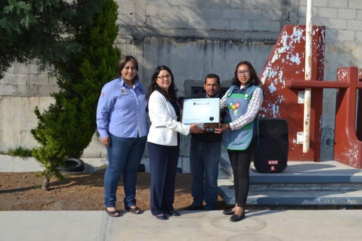 Gobierno de Tzompantepec entrega apoyos para estímulo a la educación