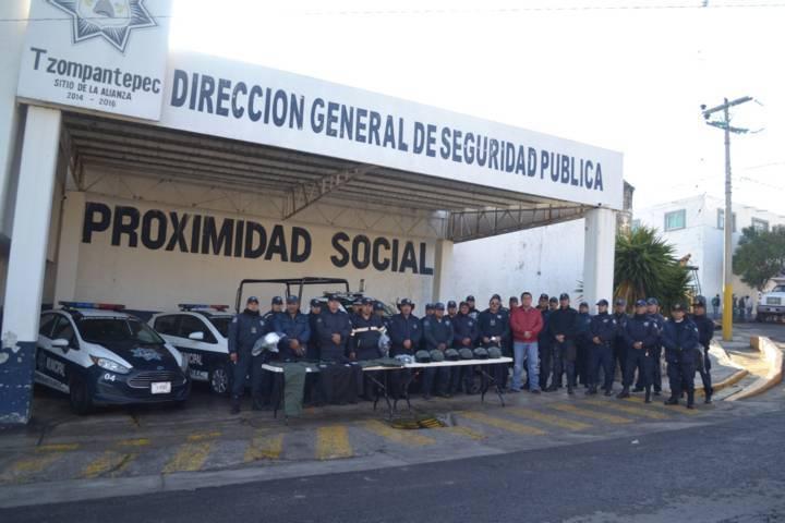 Dota alcalde de Tzompantepec equipo y uniformes a personal de seguridad pública