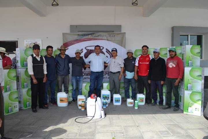 Entregan 50 aspersores a productores de campo en Tzompantepec