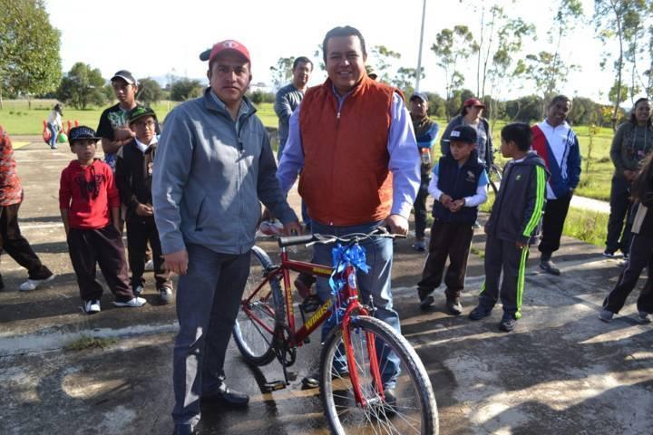Entrega presidente de Tzompantepec apoyo a escuela con motivo del Día del Padre