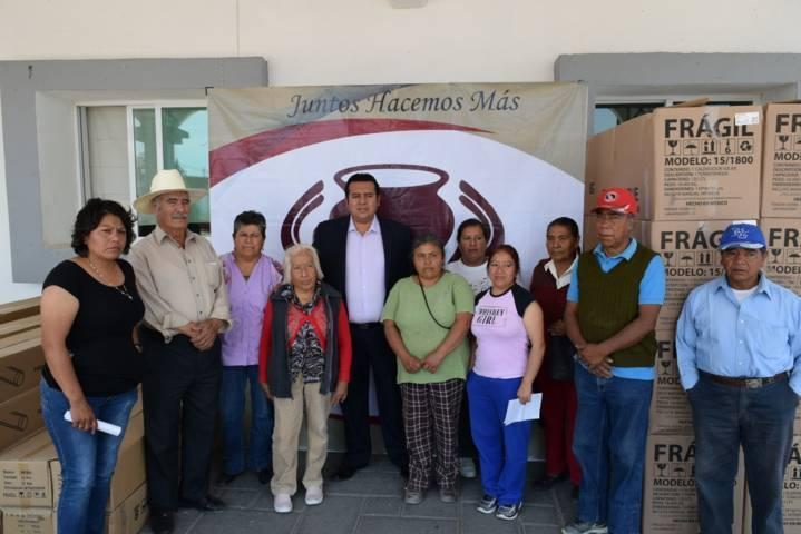 Entregan presidente de Tzompantepec 50 calentadores solares a bajo costo