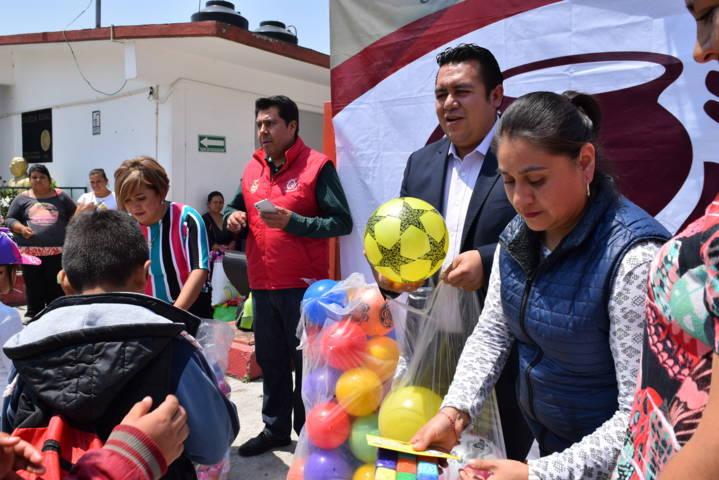 Se realizó entrega de juguetes a niños en Tzompantepec