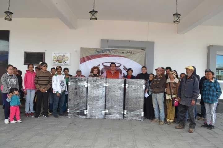 Entrega presidente de Tzompantepec 100 paquetes de láminas a bajo costo