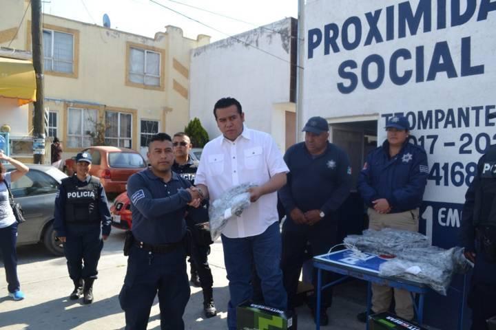 Entrega alcalde de Tzompantepec uniformes a personal de seguridad pública