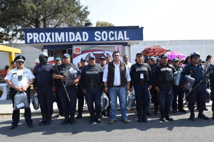 Alcalde de Tzompantepec entrega uniformes a policías municipales