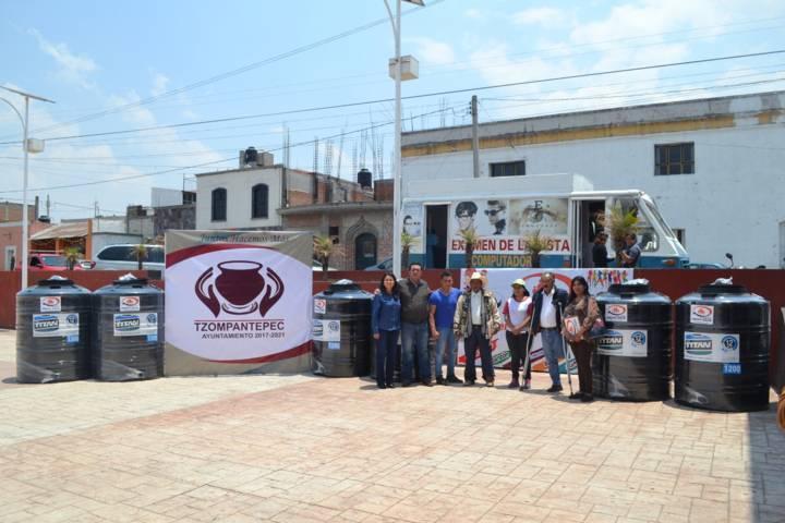 Se realizó entrega de tinacos en apoyo a familias de Tzompantepec