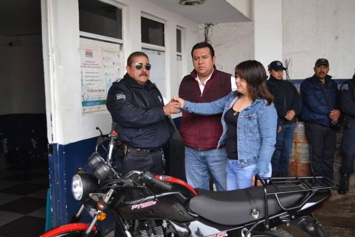Entrega presidenta de comunidad motocicleta a seguridad pública de Tzompantepec