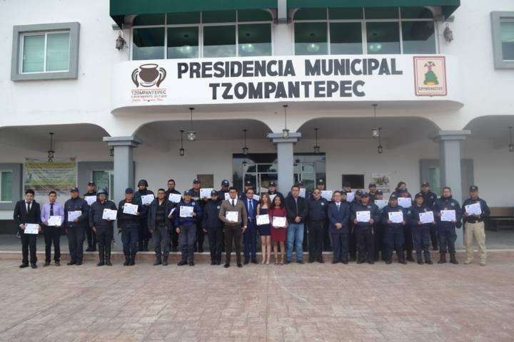 Entrega presidente de Tzompantepec reconocimientos a policía municipales