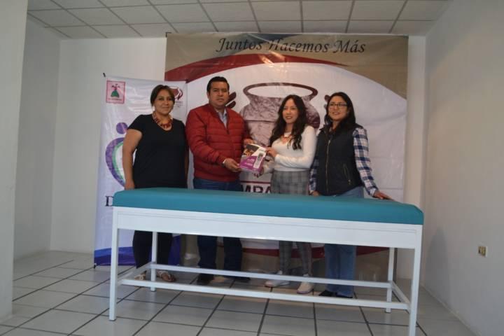 Entregan SMDIF de Tzompantepec cama de fisioterapia en Ahuahuastepec