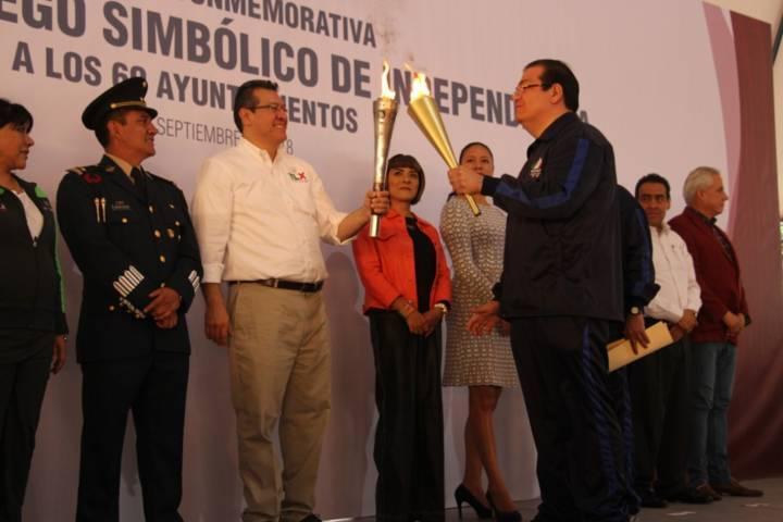 Alcalde recibe el Fuego Simbólico de la Independencia de manos del Gobernador