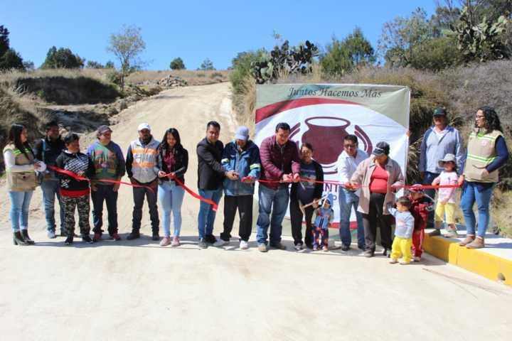 Entrega Presidente de Tzompantepec obra publica de caminos para unir comunidades