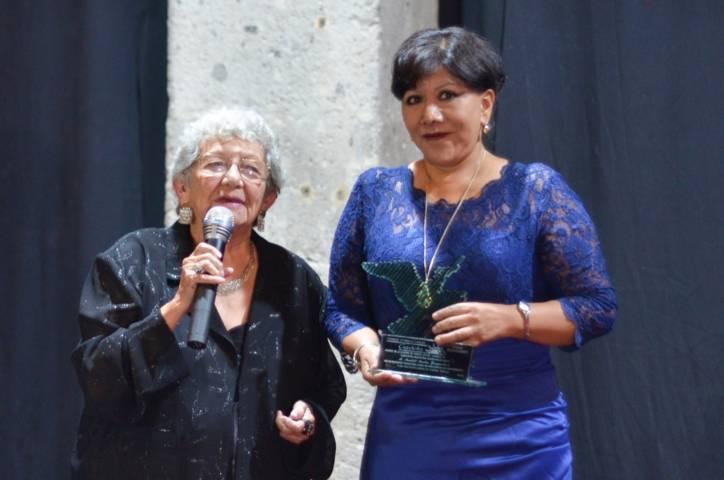 Recibe alcaldesa de Tlaxcala la Gaviota Maestra Maricela Lara