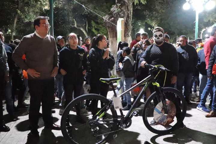 Alcalde impulsa las tradiciones de Día de Muertos con un paseo nocturno