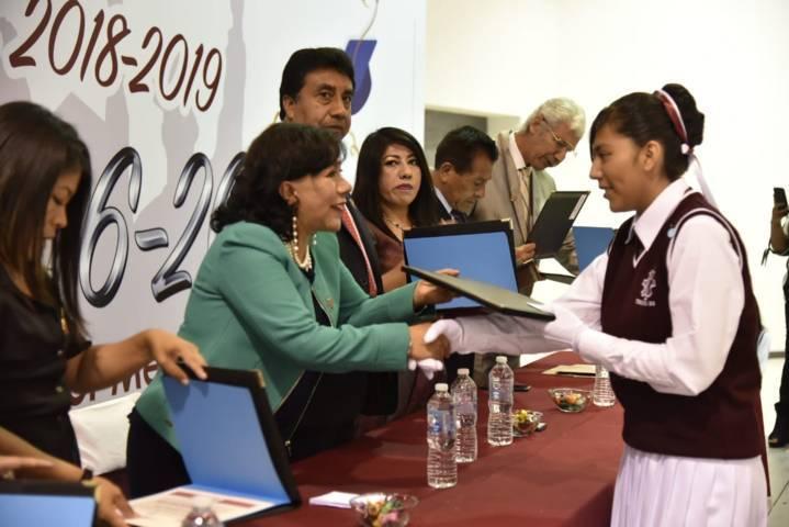 """""""Jóvenes estudiantes, son el futuro de Tlaxcala y México"""": Anabell Ávalos"""