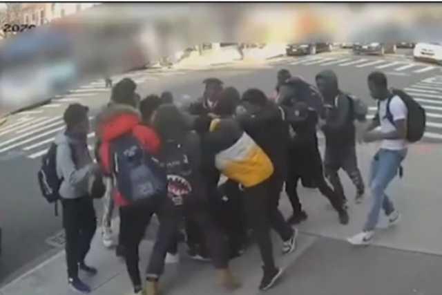 Jovencita de 15 años fue pateada brutalmente por más de 18 jóvenes y buscan a responsables