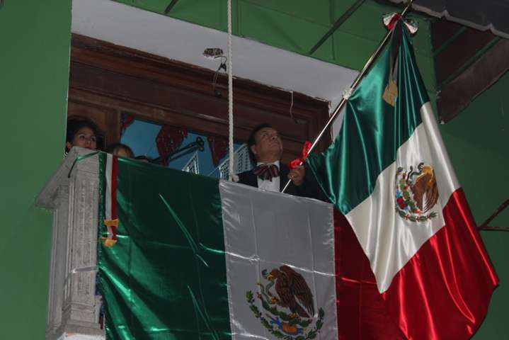 Felipe Muñoz ante cientos de personas da el Grito de Independencia