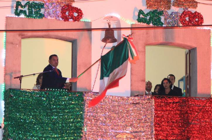 Antecedido por un minuto de silencio, Apetatitlán celebra grito de independencia